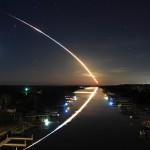 Raketenstart bei Nacht