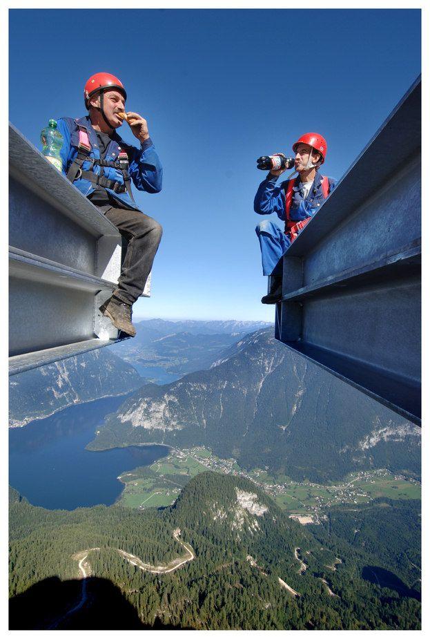 Arbeiter bei einer Pause in luftiger Höhe