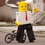 Mann in LEGO-Verkleidung