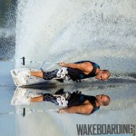 Wakeboarder auf spiegelglattem See