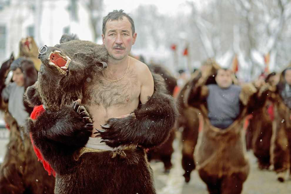 Mann im Bärenkostüm